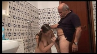 Ragazza troia scopa con vecchio porcoslutty white wife copulates with old pig